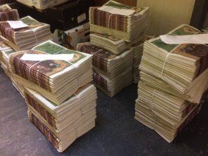 De stapels kranten liggen klaar om bezorgd te worden